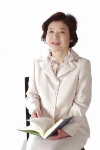 久美子25年写真  白のスーツ 座り